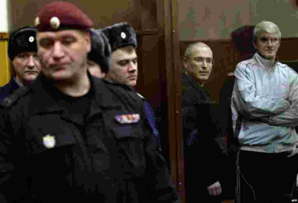 28 Aralık: Rusya'da yolsuzluktan suçlu bulunan eski işadamı Mikail Hodorkovski (solda) ve kendisiyle birlikte yargılanan Platon Lebedev, duruşma salonunda