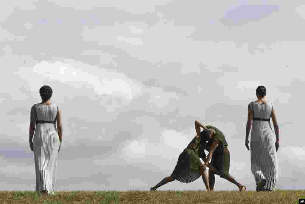 올림픽 성화 채화가 거행될 그리스 올림피아에서 사제들이 마지막 예행연습을 하고 있다.
