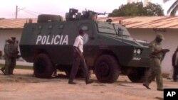 Carro blindado da policia na cidade de Nampula.