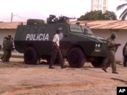 Blindado da polícia nas ruas de Nampula, após o ataque à delegação da Renamo