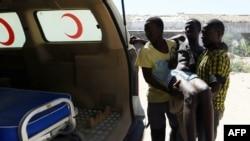 Di dân bất hợp pháp được đưa tới một xe cứu thương sau khi được cảnh sát biển Libya cứu sống ngoài khơi Tripoli, ngày 15/9/2014.