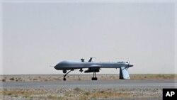 Di vê fotoyê de, firokeke bêmirov ya Amerîkî, Drone li Firîngeha Leşkerî ya Qandaharê xwane dibe.