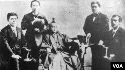1871-ci ilin noyabrında İvakura Missiyası ABŞ və Avropanın təhsil sistemini öyrənmək üçün 2 illik ekspedisiyaya çıxdı. Bu missiyanın tərkibində sonradan Yaponiyanın təhsil sistemini Amerika təcrübəsi əsasında təşkil etməyə cəhd göstərəcək gələcək təhsil naziri Tanaka Fucimaro var idi.