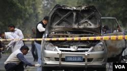 Polisi India memeriksa mobil diplomat Israel di ibukota New Delhi yang menjadi sasaran serangan hari Senin (13/2).