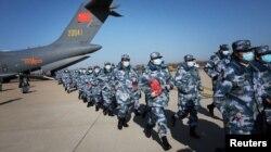 新冠疫情爆發之後,中國人民解放軍醫療人員搭乘運輸機抵達武漢天河國際機場(2020年2月17日)