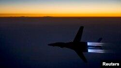 지난 2014년 9월 미 공군 소속 B-1B 랜서 폭격기가 시리아 내 ISIL 시설을 공습한 후 이라크 북부 상공을 비행하고 있다. (자료사진)