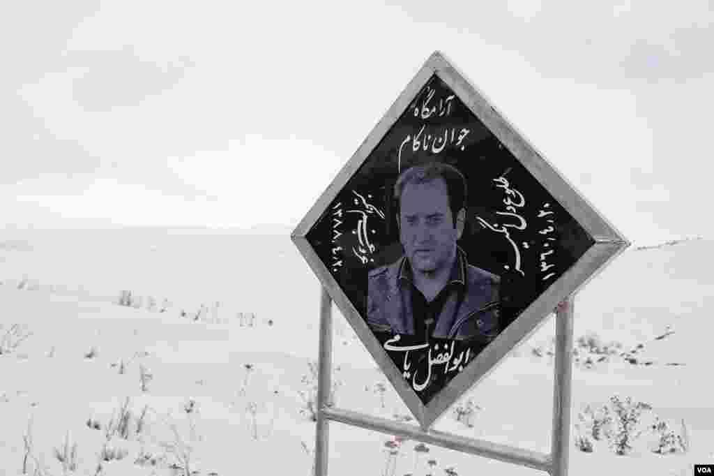 نشان یادبود یک راننده ایرانی که متوجه پیچ جاده اصلی ارمنستان به ایران نشده بود. ٢١ فوریه سال ٢٠١٣. (وی اوندریتز / صدای آمریکا)