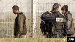 Des migrants arrêtés par la police française près de Calais, le 21 septembre 2017.
