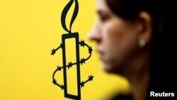 La militante des droits des femmes, Luisa Kislinger, devant le logo d'Amnesty International à Caracas au Venezuela le 20 février 2019.