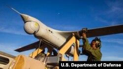 Máy bay trinh sát không người lái RQ-21A của Mỹ được đưa lên bệ trước chuyến bay đầu tiên ở Úc tại khu huấn luyện Bradshaw Field, Lãnh thổ Bắc Úc ngày 8/8/2020. Ảnh do Thủy quân Lục chiến Hoa Kỳ/Cpl. Harrison Rakhshani