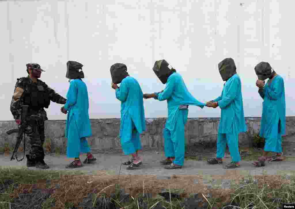 دستگیری شبه نظامیان طالبان به دست نیروهای امنیتی در شهر جلالآباد افغانستان.