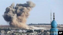 Khói bốc lên sau một vụ không kích của Israel vào thành phố Gaza, ngày 9/8/2014.