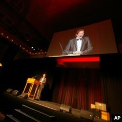 O Γκρέγκορυ Πάππας είναι ο εμπνευστής των Gabby Awards
