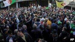 Des manifestantd dans la rue à Alger pour protester contre le gouvernement, pour le 50e vendredi consécutif, en Algérie, vendredi 31 janvier 2020. (AP Photo / Fateh Guidoum)
