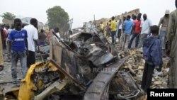 مردم به خرابی های ناشی از انفجار در یک بازار نگاه می کنند، نیجریه - ۲ مارس ۲۰۱۴