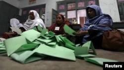 Подсчет голосов на избирательном участке.