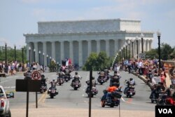 FILE - Participants drive toward the Lincoln Memorial during the Rolling Thunder 'Ride for Freedom' in Washington, May 25, 2014. (Brian Allen/VOA)