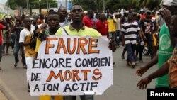 Un homme tenant une pancarte lors d'une manifestation à Lomé, le 6 septembre 2017