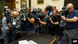 Jounalis fotograf kap pran foto ak video rapò Robert Mueller a Depatman Lalistis amerikèn nan rann piblik jedi 18 avril 2019 la.