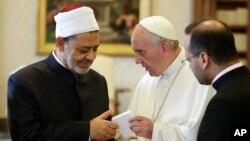 Sheik Ahmed el-Tayyib échange des cadeaux avec le pape François au cours d'une audience privée au Vatican, 23 mai 2016.