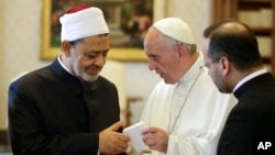 Sheik Ahmed el-Tayyib, Imamu w'umusigiti wa Al-Azhar w'i Kayiro muri Misiri , ariko ahana utuganuke na Papa Francis