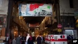 지난 24일 시리아 다마스쿠스 시의 유명 장터에 바샤르 아사드 시리아 대통령의 포스터가 걸려 있다. (자료사진)