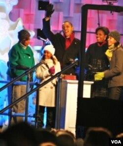 Presiden Obama dan keluarga pada acara penyalaan lampu natal di depan Gedung Putih di Washington, DC.
