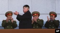 北韓領導人金正恩(左二)2月16日在平壤的一個閱兵式上 (資料照片)