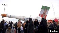 Pengunjung berkerumun di sekitar `Simorgh', sebuah model roket peluncur satelit saat upacara peringatan 37 tahun Revolusi Islam di Iran, 11 Februari 2016 (Foto:dok)