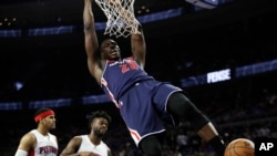 Centar Vizardsa Jan Mahinmi zakucava u drugoj četvrtini NBA utakmice protiv Detroit Pistonsa