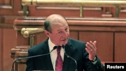 Presiden Rumania Traian Basescu berpidato di depan parlemen sebelum pemungutan suara di Bucharest (6/7).