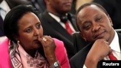 Tổng thống Kenya Uhuru Kenyatta (phải) ngồi với Bộ trưởng Ngoại giao Amina Mohamed trong một cuộc họp ở Pretoria, 4/11/2013