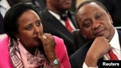 Rais Uhuru Kenyatta akiwa na Waziri wa Mambo ya Nje, Amina Mohamed.