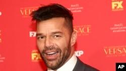 Ricky Martin entre los presentadores del Globo de Oro