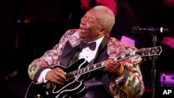 "FILE - BB King performs at ""The Blues & Jazz"" Gala Concert at the Kodak Theatre on Sunday Oct. 26, 2008 in Los Angeles."