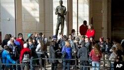 Turisti ispred ulaza u Centar za posetioce američkog Kongresa