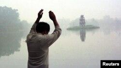Các quan chức cảnh báo mức độ ô nhiễm không khí ở TP HCM và Hà Nội sắp đạt mức ô nhiễm không khí của Bắc Kinh. Ngay cả nước trong Hồ Hoàn Kiếm cũng ô nhiễm.