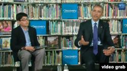 El presidente Barack Obama participa en una conversación con estudiantes de primaria sobre la importancia de leer.