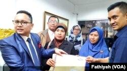 Kuasa hukum dan tiga orang perwakilan korban penipuan oleh biro perjalanan haji dan umrah PT Anugerah Karya Wisata alias First Travel pada hari Selasa (3/12) mendatangi kantor Kejaksaan Agung di Jakarta untuk meminta bantuan hukum. (Foto: VOA/Fathiyah)