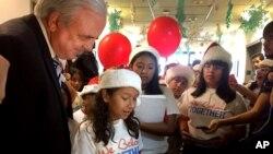 niños vestidos con gorros rojos de Navidad le entregaron al alcalde un centenar de cartas en las que expresan que su deseo para esta Navidad es que sus padres no sean deportados.