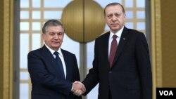 O'zbekiston Prezidenti Shavkat Mirziyoyev (chapda) Turkiya rahbari Rajab Toyyib Erdog'an bilan, Anqara, Turkiya.