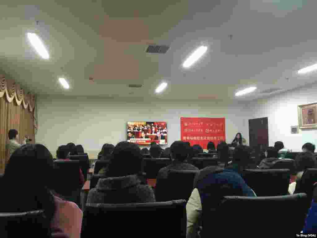 湖南一高校组织学生观看两会直播 (叶兵,艾伦拍摄)