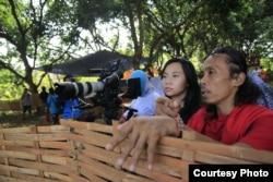 Sutradara Livi Zheng (kiri) dan aktor Yayan Ruhiyan (kanan) saat garap film di Indonesia (Dok: Livi Zheng)