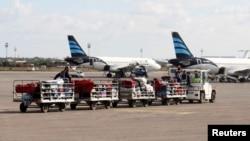 بعد از پایان هواپیماربایی، بار مسافران از هواپیما منتقل می شود.