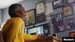 墨西哥记者艾米利奥·古铁雷斯2011年7月13日在他位于新墨西哥拉斯克鲁希斯的家中。