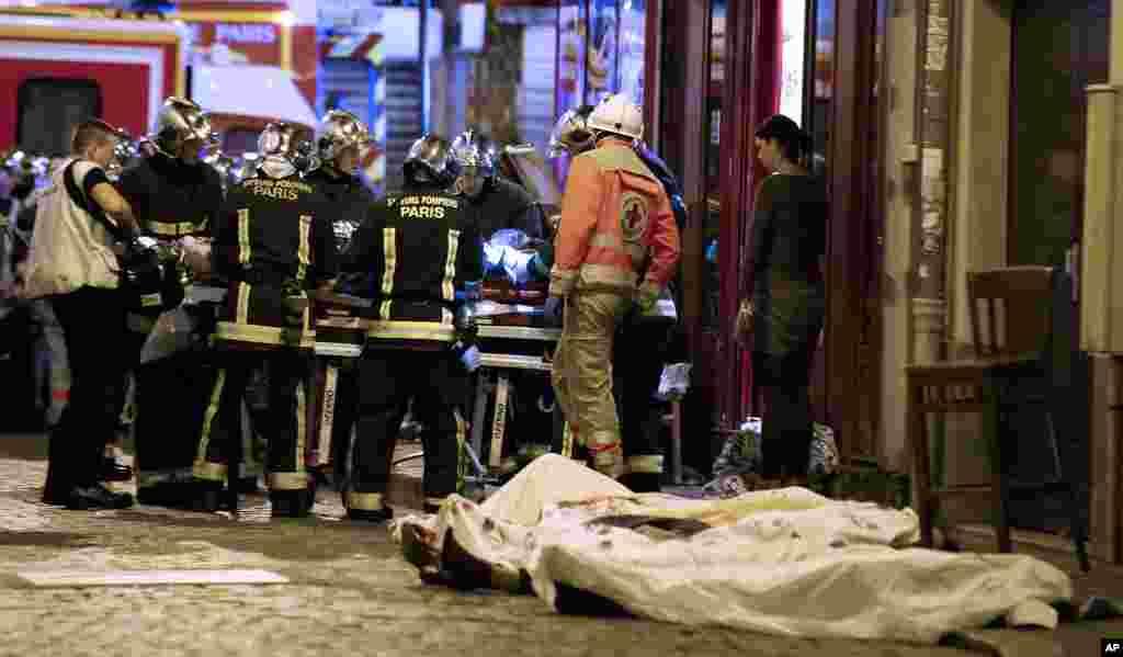 Nhân viên cứu hộ tại quận 10 của Paris, thứ sáu 13 tháng 11, 2015.
