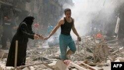 در پی حملات متوالی هوایی به حلب، مردم در حال فرار هستند.