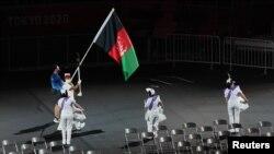 টোকিও 2020 প্যারালিম্পিক গেমসের উদ্বোধনী অনুষ্ঠানের সময় আফগানিস্তানের পতাকা হাতে প্যারেড করা হয়। ২৮ আগস্ট ২০২১।