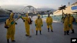 ماموران تاسیسات مربوط به المپیک ریو را سمپاشی می کنند.