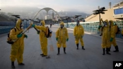 올림픽 계최를 앞두고 있는 브라질 리우데자네이루에서 지난 1월 보건요원들이 지카 바이러스 감염 방지를 위해 살충제를 뿌리고 있다. (자료사진)